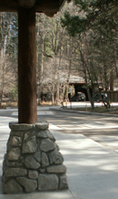 looking from Ahwahnee bus stop towards porte-cochere:
